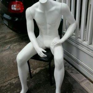manequim sentado masculino